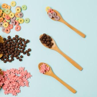Disposición plana con cereales y cuchara de madera.