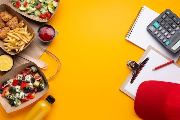 Disposición plana con comida y espacio de copia