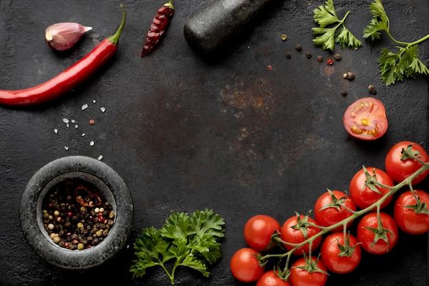 Disposición plana de deliciosas verduras frescas con espacio de copia