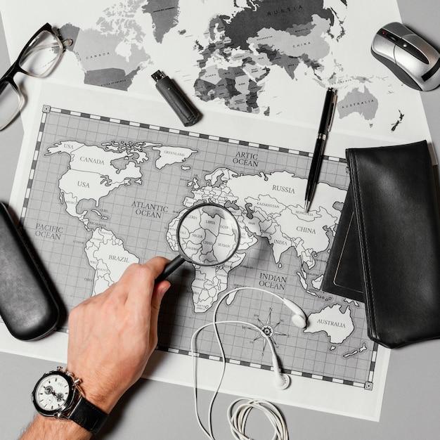 Disposición plana de diferentes elementos de viaje.