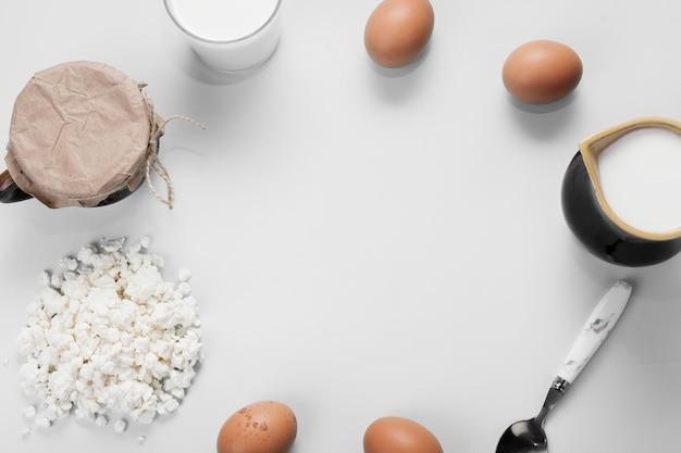 Disposición plana de diferentes ingredientes sobre fondo blanco con espacio de copia