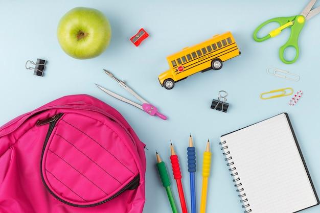 Disposición plana de elementos del día de la educación.