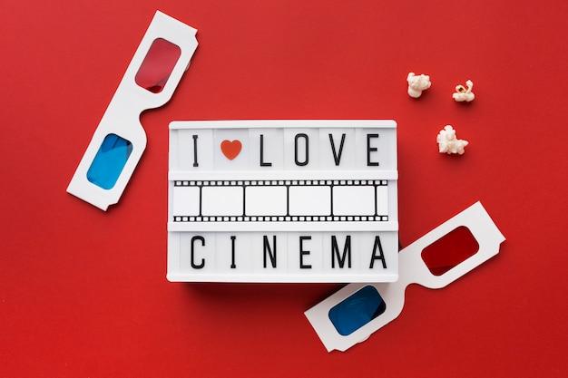 Disposición plana de elementos de película sobre fondo rojo.