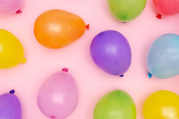 Disposición plana de globos inflados de colores