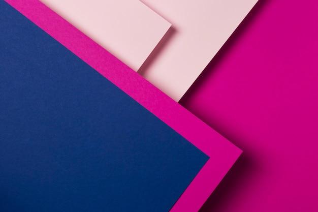 Disposición plana de hojas de papel de colores.