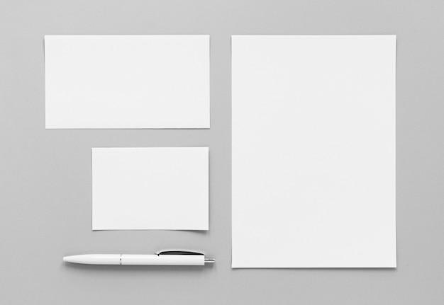 Disposición plana de hojas de papel y lápiz