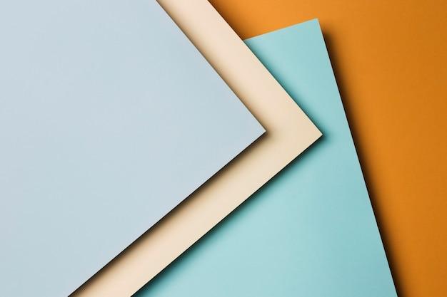 Disposición plana de hojas de papel multicolores.