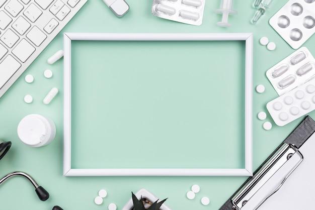 Disposición plana de objetos médicos con marco vacío