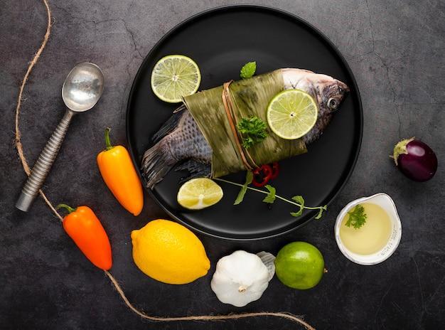 Disposición plana con pimientos y pescado.