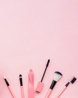 Disposición plana con pinceles de maquillaje y espacio de copia