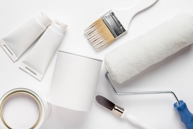 Disposición plana con pinceles y tubos de pintura.