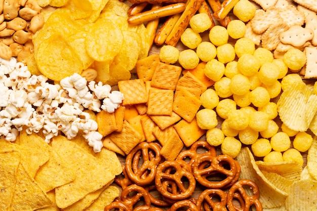 Disposición plana de pretzels y garabatos