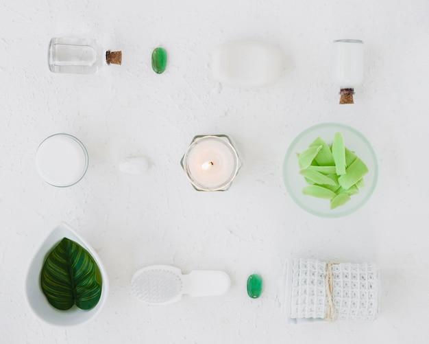 Disposición plana de productos de baño sobre fondo blanco.