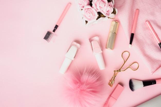 Disposición plana con productos para labios y uñas.