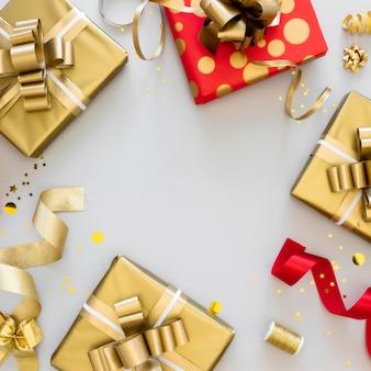 Disposición plana de regalos envueltos con espacio de copia