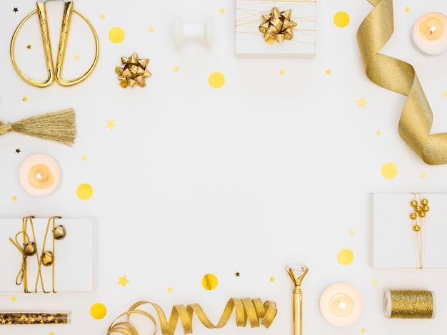 Disposición plana de regalos envueltos