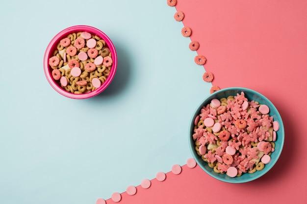 Disposición plana con tazones de cereal y fondo colorido