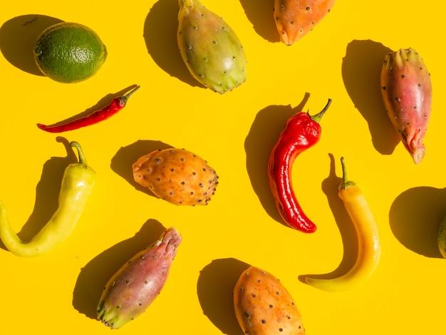 Disposición plana con verduras y fondo amarillo.