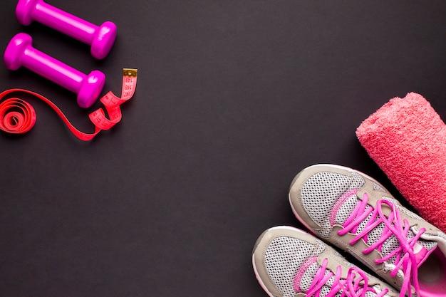 Disposición plana con zapatillas y toalla