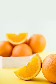 Disposición de primer plano de naranjas sobre la mesa
