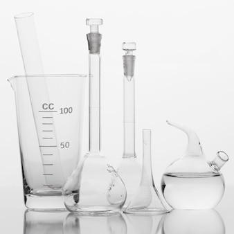 Disposición de productos químicos de vista frontal en el laboratorio