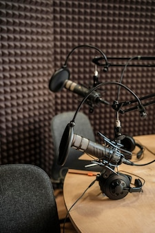 Disposición de radio con micrófonos