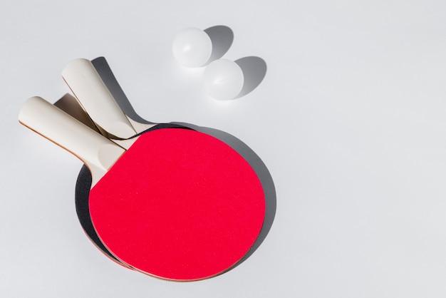 Disposición de raquetas y pelotas de tenis de mesa.