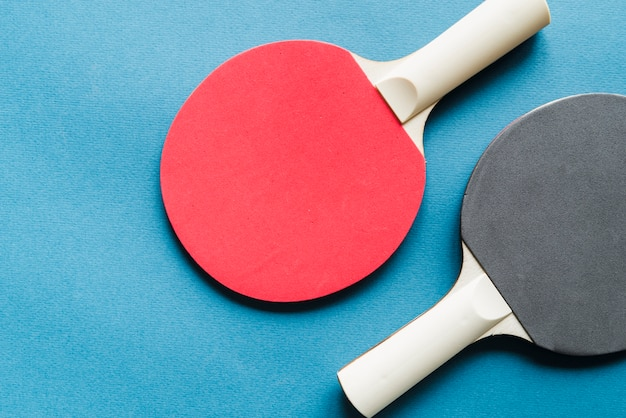 Disposición de raquetas de tenis de mesa.