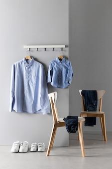 Disposición de la ropa de padre e hijo.
