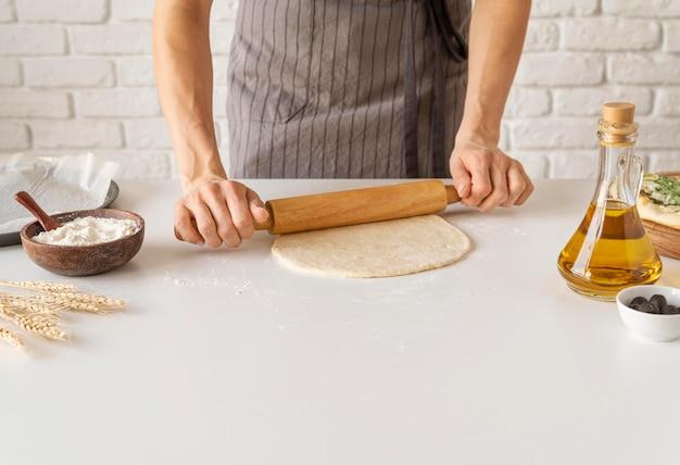 Disposición de la sabrosa masa de pizza.