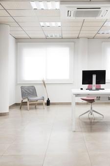 Disposición de sillas y escritorio de computadora