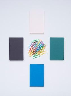 Disposición simplista de tarjetas de presentación y clips.
