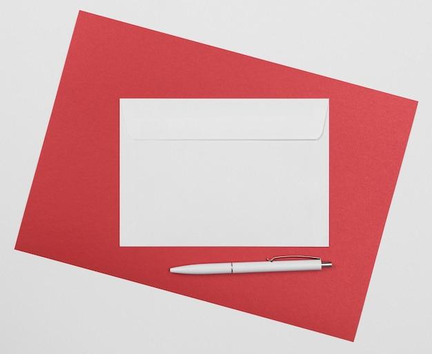 Disposición de sobre y bolígrafo de vista superior