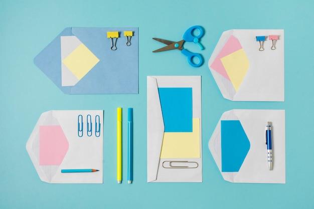 Disposición de sobres y bolígrafos de vista superior
