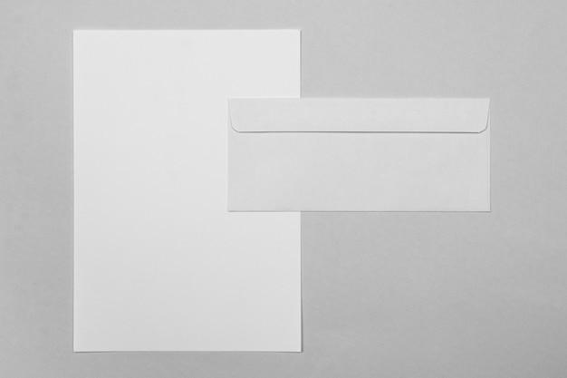 Disposición de sobres y hojas de papel