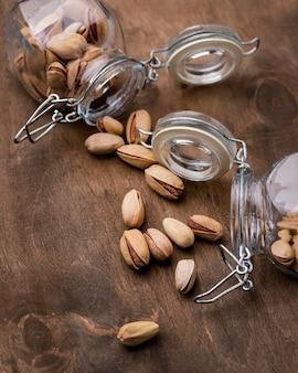 Disposición de tarros volcados llenos de pistachos