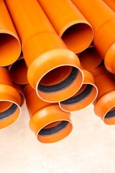Disposición de tuberías de pvc de construcción minimalista