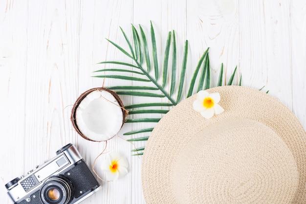 Disposición de vacaciones tropicales con cámara fotográfica.