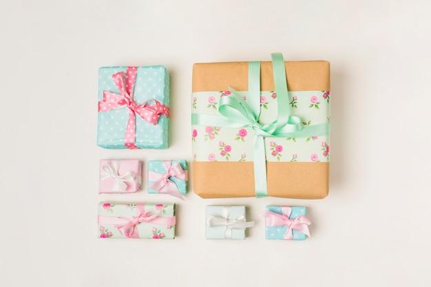 Disposición de varias cajas de regalo envueltas contra el fondo blanco