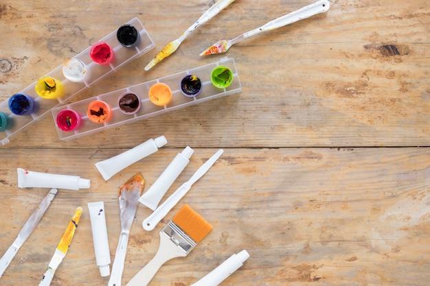 Disposición de varios artículos de papelería para pintar.