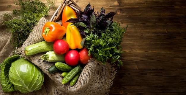 Disposición de verduras frescas otoñales con espacio de copia