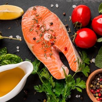 Disposición de verduras y pescado salmón plano.