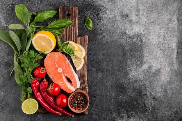 Disposición de verduras y salmón espacio de copia