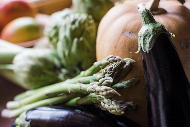 Disposición de verduras variadas a la luz del día