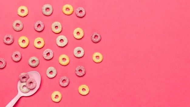 Disposición de la vista superior de bucles de fruta de cereal y cuchara