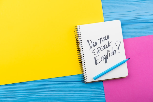 Disposición de la vista superior con cuaderno y mensaje