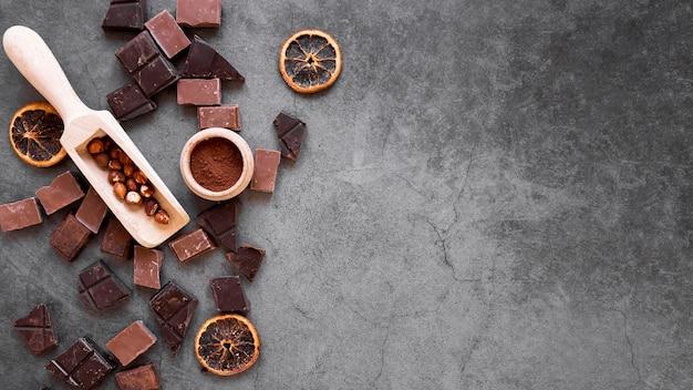 Disposición de la vista superior de deliciosos productos de chocolate con espacio de copia