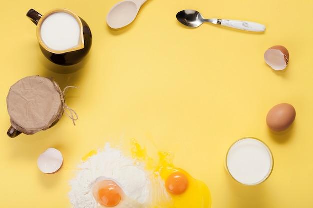 Disposición de la vista superior de diferentes ingredientes sobre fondo amarillo con espacio de copia