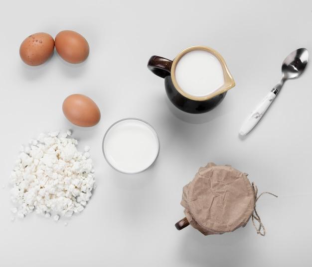 Disposición de la vista superior de diferentes ingredientes sobre fondo blanco.