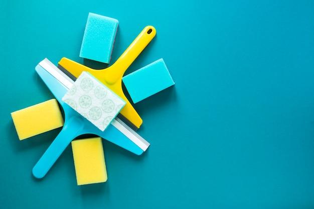 Disposición de la vista superior con elementos de limpieza azules y amarillos.